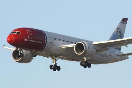 Boeing 787 de Norwegian aterrizando en el aeropuerto de Los Ángeles.