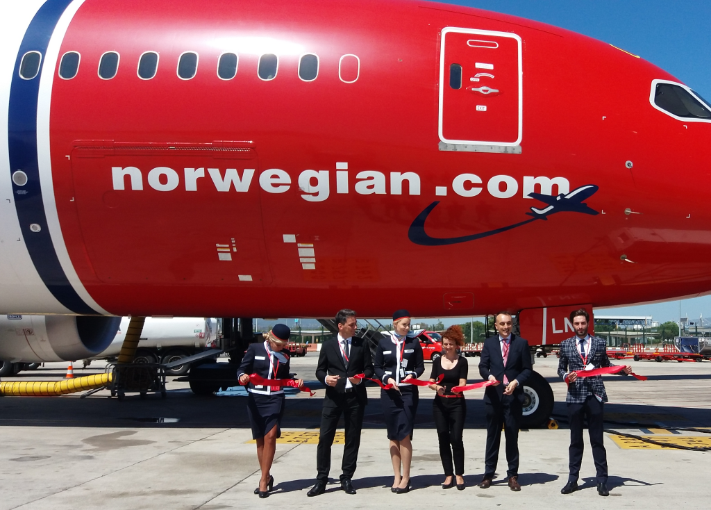 Corte de la cinta ceremonial en Barcelona con motivo del primer vuelo de Norwegian a Fort Lauderdale.