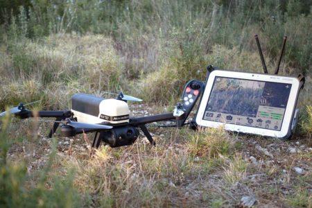 Dron Novadem NX70 junto a su estación de control.