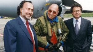 Oliver Dassault, izquierda, junto a su padre Serge y su hermano Laurent con motivo de un vuelo de su padre en el Rafale.