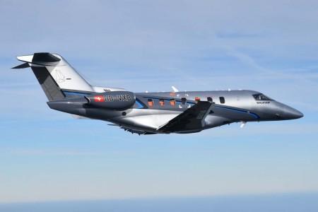 El segundo Pilatus PC-24 en su primer vuelo. Por las ventanillas se puede apreciar los equipos de toma de datos en la cabina con su característico color naranja.