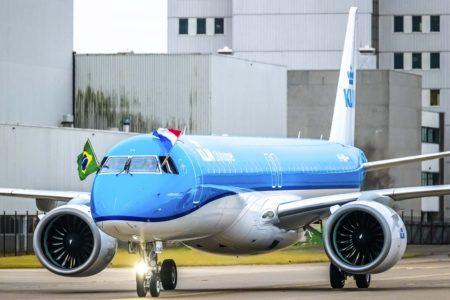 Los pilotos ondearon las banderas holandesa y brasileña durante el rodaje hacia el aparcamiento en Ámsterdam.