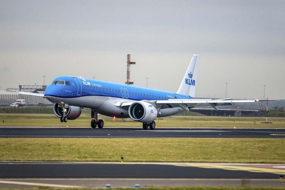 Aterrizaje en Ámsterdam del primer Embraer E195-E2 de KLM Cityhopper en su vuelo de entrega.