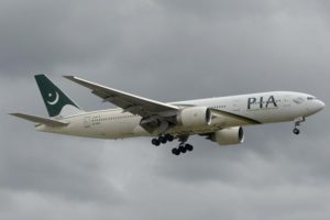 Boeing 777 de PIA aterrizando en Londres Heathrow.