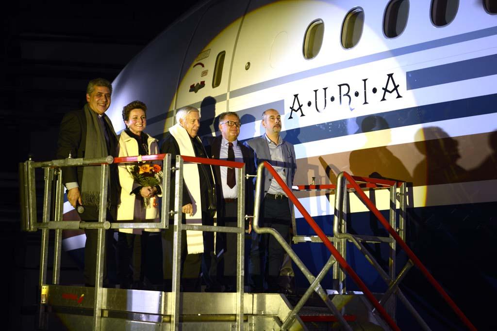 Los padrinos del Boeing 777, Inmaculada Martínez, Javier Torres y los padres encargados de bendecirlo.