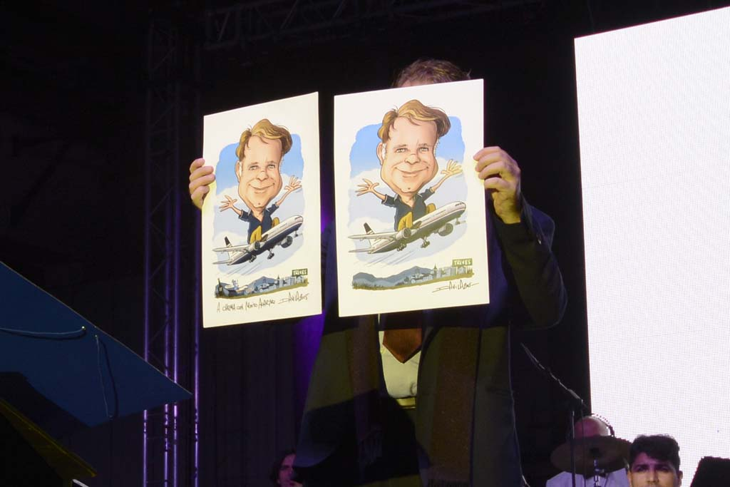 Chema Álvarez muestra las caricaturas suyas sobrevolando Trives, su lugar de nacimiento, montado en un avión de Privilge que le regaló Javier, el ganador del concurso para elegir el nombre del Boeing 777.