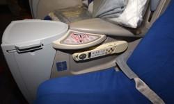 Detalle de los mandos de control del asiento de bussines del Boeing 777.º