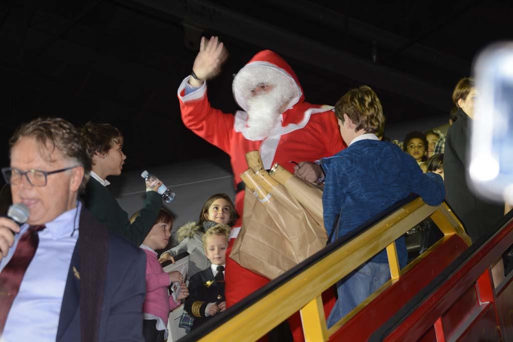 Para delicia de los niños, Papá Noel llegó con adelanto a bordo del Boeing 777 de Privilege para repartirles regalos.