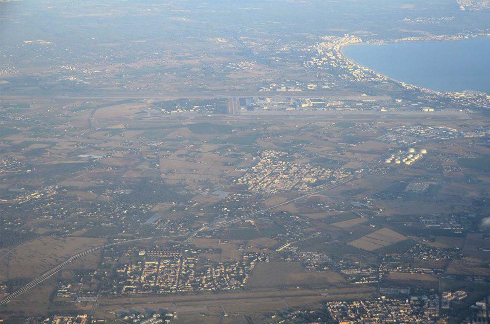 Aeropuertos de Son Bonet (abajo) y Son San Juan en la isla de Mallorca, dos de los 46 aeropuertos que Aena gestiona en España.