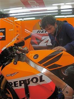 Alvaro Navas trabajando en una de las motos de GP