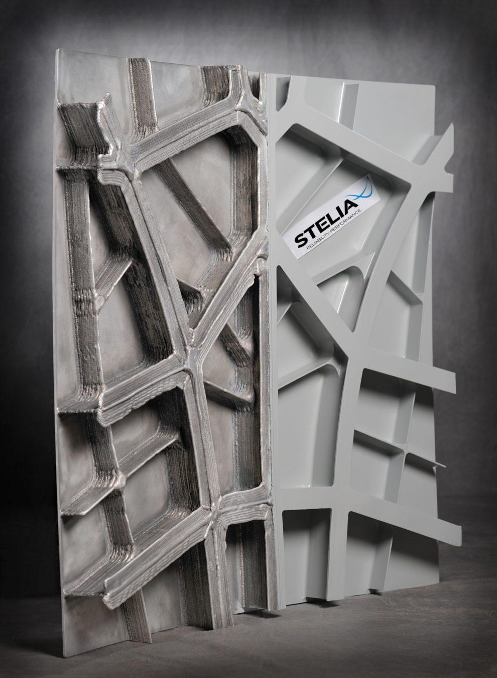 Panel desarrollado por Stelia. A la izquierda el realizado por impresion 3D y a la derecha el modelo producido por medios tradicionales.