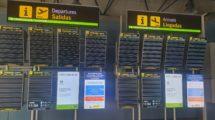 Paneles de información de vuelos vacíos.