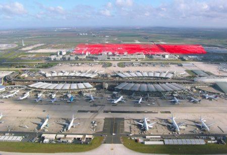 En primer plano los cuatro módulos originales de la Terminal 2 en Charles de Gaulle, en rojo, la zona que haría ocupado la Terminal 4.