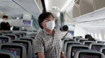 Cada vez màs aerolineas obligan ya a usar mascarillas a bordo.