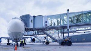 Aeropuertos como el de Madrid o el de Barcelona, en la foto, usan pasarelas fabricadas por Thyssenkrupp, una de cuyas principales fábricas de estas está en Asturias.