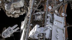 Paseo espacial de dos astronautas en la Estación Espacial Internacional.