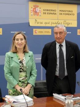 Ana Pastor y Julio Gómez Pomar, secretario de Estado de Infraestructuras, Transporte y Vivienda y presidente de Enaire en la presentación de los presupuestos 2016 del  ministerio de Fomento.