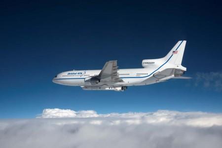 Entre los productos desarrollados por Orbital ATK está el cohete Pegasus que se lanza desde un L-1011 en vuelo.