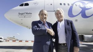 """Juan José """"Pepe"""" Hidalgo y Ángel Nieto en junio de 2015 con motivo del bautizo del Airbus A330 EC-JQG con el nombre del deportista."""