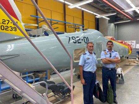Personal del Ejército del Aire y DGAM han visitado la cadena de montaje de Pilatus en la que está el primer PC-21 español.