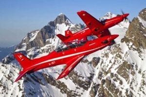 Pilatus PC-21 de la Fuerza Aérea Suiza sobre los Alpes.