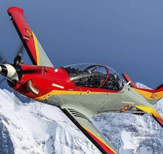 El primero de los 24 PC-21 españoles sobre los Alpes.