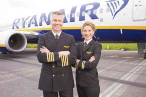 Los pilotos españoles de Ryanair se unen a sis colegas aceptando una rebaja de su sueldo del 20 por ciento.