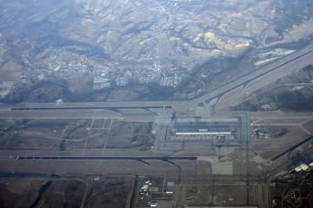 Aeropuerto de Madrid Barajas con la pista 18R/36L en la parte inferior.