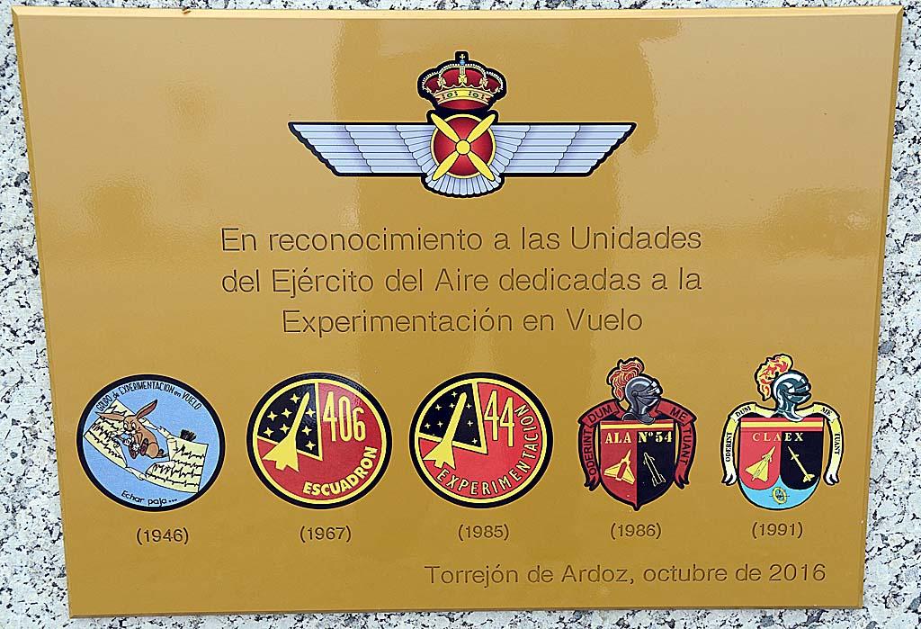 Placa conmemorativa de los 25 años del CLAEX colocada frente al monumento del C-101.