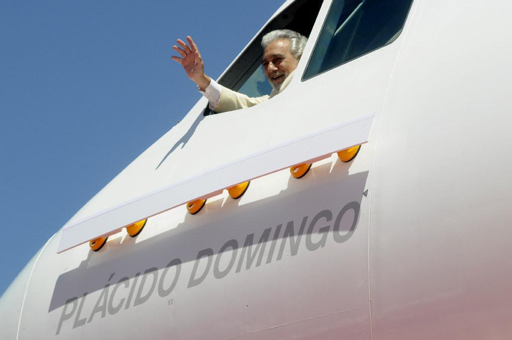 Plácido Domingo saludando desde la ventanilla de comandante el día del bautizo del A340 EC-LKS con su nombre.