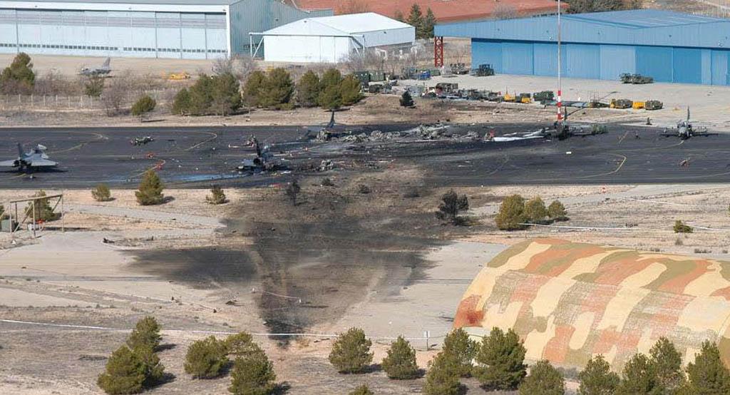 Zona del impacto inicial del F-16 griego en Albacete y la plataforma con los aviones destruidos y dañados.