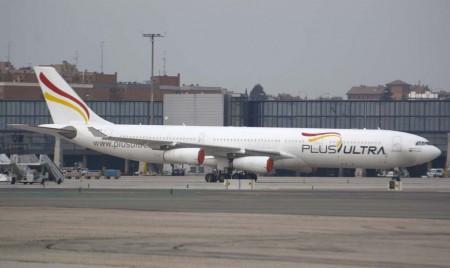 El Airbus A340 de Plus Ultra estacionado en Barajas con los motores tapados para protegerlos de objetos extraños.