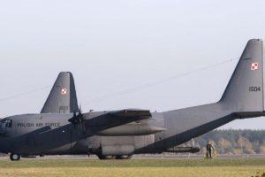 Dos de los C-130E actualmente en servicio con la Fuerza Aérea de Polonia.