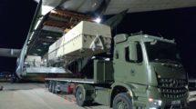 Descarga desde el An-124 de uno de los contendores con un MQ-4B Predator en su interior.