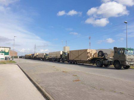 Convoy de la SEADA con la estación terrestre en el prmer camión, seguida por los dps MQ-9B Predator y otras cajas con elementos de estos y repuestos.