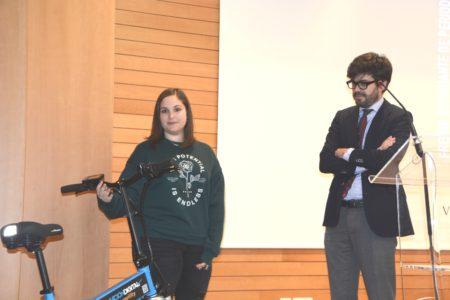 Lucía Sáez recibió como premio una bicicleta eléctrica que le entregó Raúl Medina, director general de Aviación Civil.