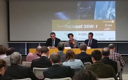 Presentación del Hispasat 30W-1 a cargo de Elena Pisonero, acompañada por Juan Carlos Cortés, director de Programas Internacionales del CDTI (izquierda) y  Xavier Lobao, jefe de la División de Futuros Programas de la Agencia Europea del Espacio (ESA) (derecha).