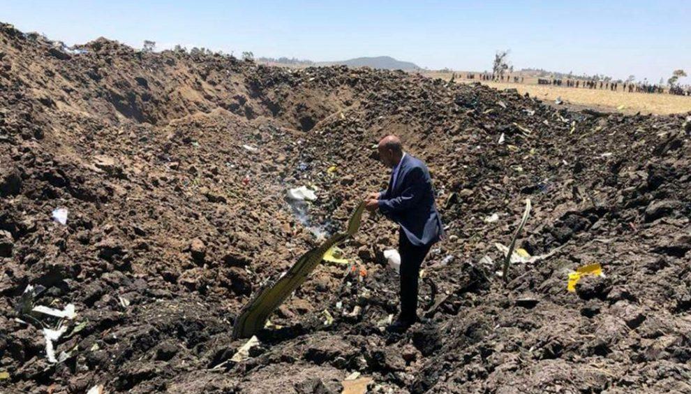 El presidente de Ethiopian Airlines entre los restos del accidente poco después del mismo.