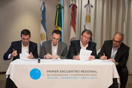Los responsables de la gestión de servicios de navegación aérea de Argentina, Brasil, Paraguay y Uruguay firman el acuerdo de intenciones en Iguazú.
