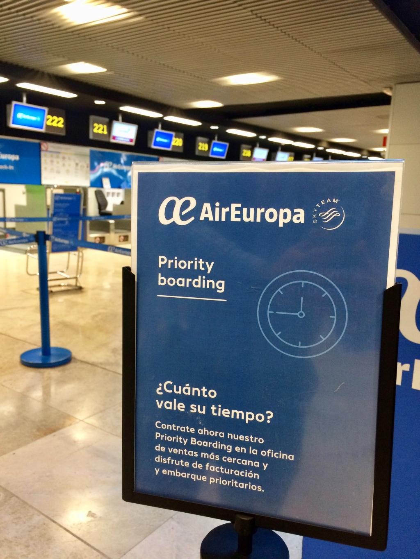 Cartel de promoción del nuevo servicio Priority Boarding junto a los mostradores de facturación de Air Europa.