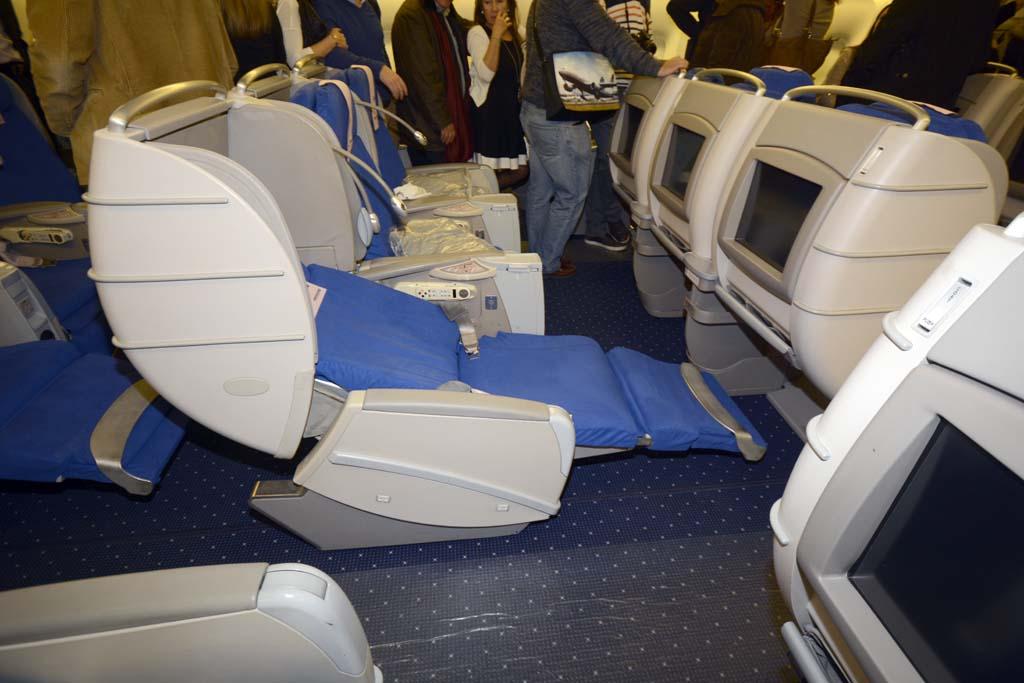 Los asientos de Business del Boeing 777 de Privilege se convierten en camas casi planas.