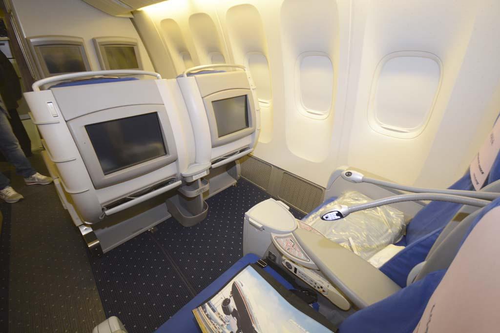 Cada asiento de Business cuenta con una pantalla individual, toma de corriente. La separación entre asientos es de casi 1,60 metros.