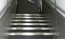 Por sí tenemos alguna duda de en qué compañía volamos el emblema de Qantas preside la escalera delantera entre cubiertas.