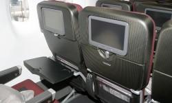 Los respaldos, que cuentan con una pantalla de vídeo individudal, son de fibra de carbono.