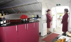 La entrada al avión por las puertas número 2 recuerda poco a un avión con sus espacios abiertos que se usan en vuelo como bar.