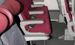 Los asientos de turista tienen una distancia entre ellos de 31 pulgadas (79 cm) y  17 pulgadas de ancho (42 cm).