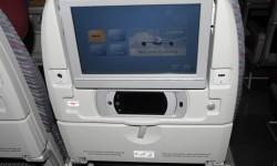 Los respaldos de los asientos de turista, además de la pantalla de video y el mando de control incluyen tomas para recargar dispositivos portátiles o reproducir en la pantalla contenidos de estos.