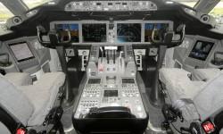 El cockpit del Boeing 787 está dominado por las cuatro pantallas de presentación, más una quinta en el pedestal central, y dos auxiliares en los laterales.