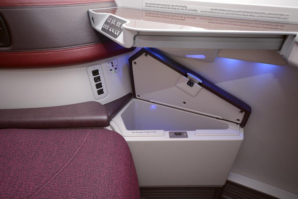 Detalle de uno de los huecos para objetos personales en los asientos de Business junto a los conectores eléctricos.