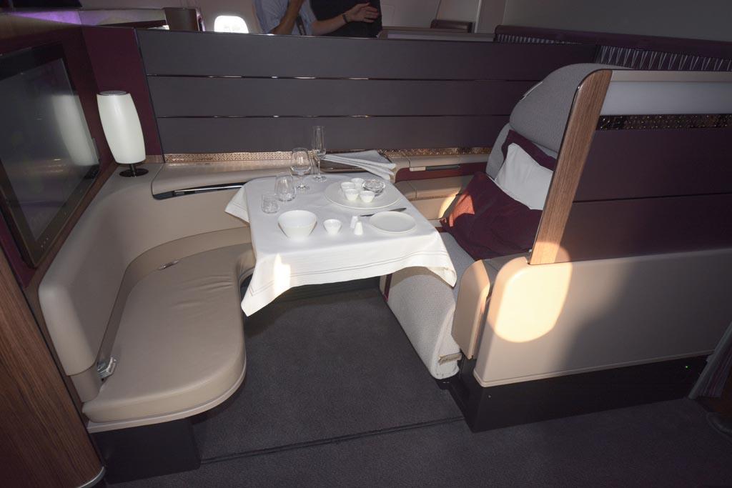 El asiento de primera clase, con su otomán permite cenar en pareja.